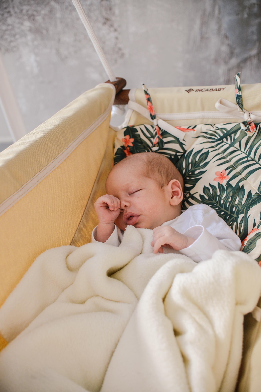 Koraszülött babák és a hinta jótékony hatásai